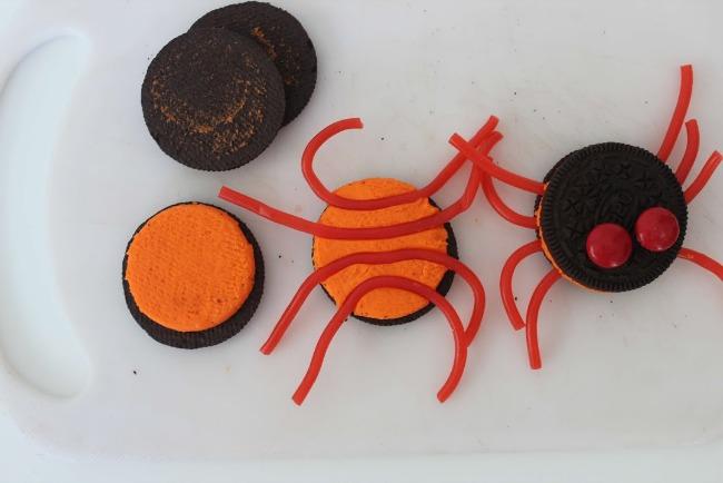 56 Oreo Stuffed Spider Cupcakes (Halloween Recipe)